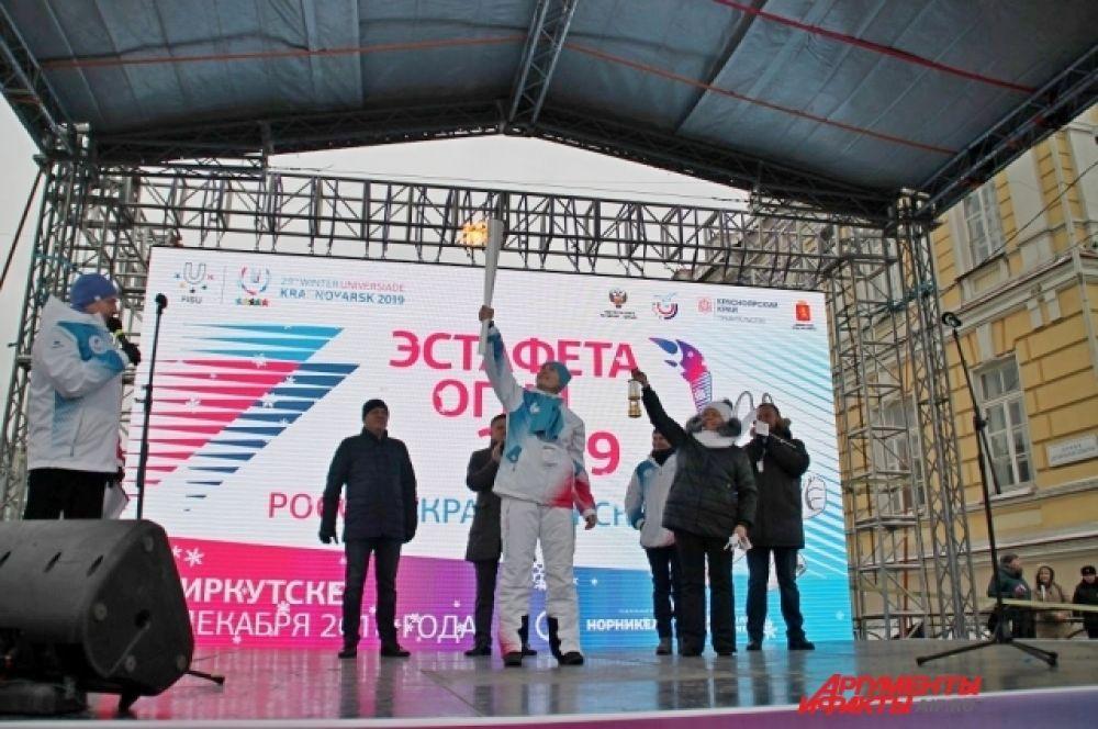 Эстафета огня стартовала от Московских ворот. Факел несет прославленная иркутская спортсменка Ольга Курбан.