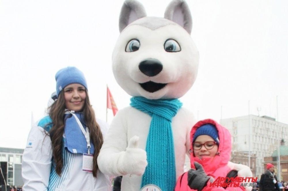 Талисман Универсиады собака «Лайка» в окружении болельщиков.