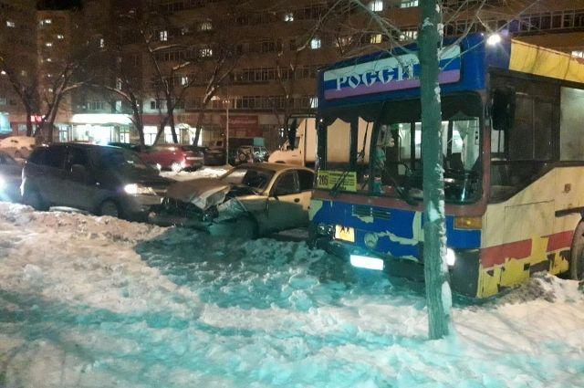 В аварии с автобусом в Перми пострадали два человека.