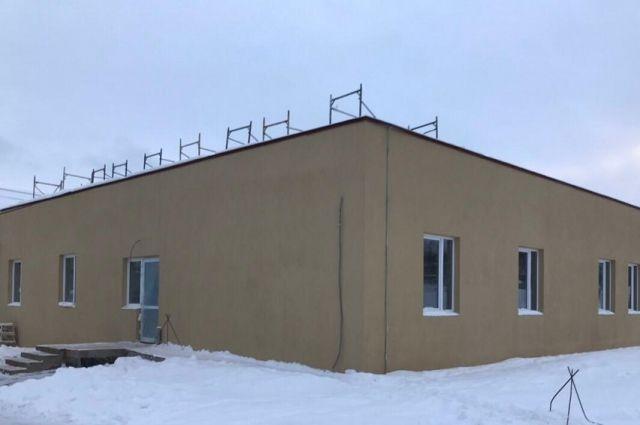В Оханске построили новое здание больницы. Идут отделочные работы.
