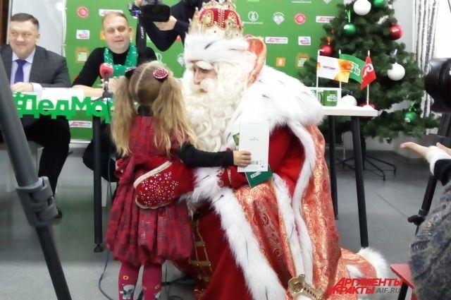 Дед Мороз и его команда навестят ребят из социальных учреждений и больниц, исполнят заветные желания многодетных и малообеспеченных семей.