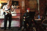 Сергей и Александр - два профессиональных музыканта, имеющие инвалидность.