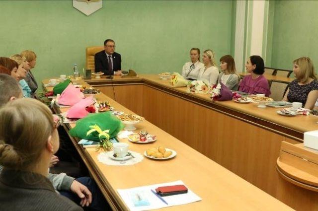 В настоящее время в 552 кемеровских семьях воспитываются 750 приемных детей.