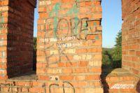Восточный участок крепостной стены в Смоленске, где находится легендарная надпись «Федя Конь – respect и уважуха», сделанная в сове время вандалами, сейчас закрыта для туристов и горожан.