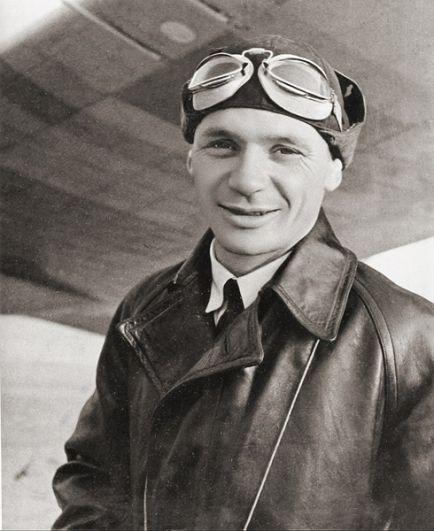 Анапа — заслуженный летчик-испытатель СССР, дважды Герой Советского Союза Владимир Коккинаки.