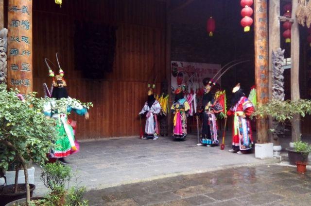 Актёры Национальной оперы выступают в посёлке Тяньлунь Тубао.