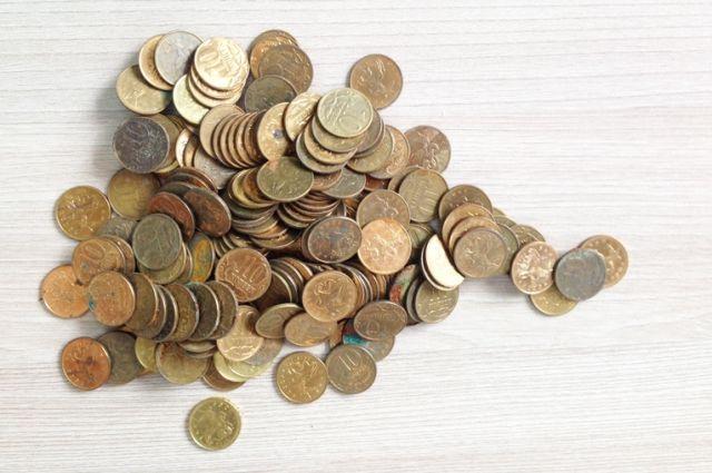 За 540 рублей обычными монетами - 500-рублевую купюру и четыре десятика с изображением символов Зимних игр.
