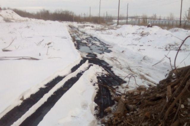 В Оренбургском районе устраняются последствия утечки нефтепродуктов.