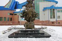 Памятник Фарману Салманову в Ханты-Мансийске