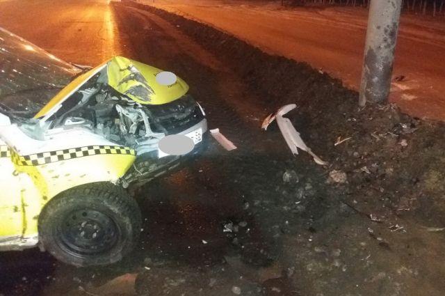 В Оренбурге на Неженском шоссе таксист врезался в столб
