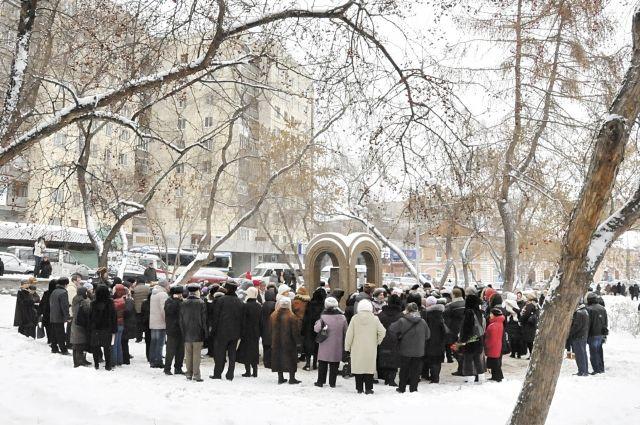 В каждую годовщину трагедии к мемориалу в сквере Уральских добровольцев приходят родные и друзья погибших. Для них также организуют автобус на Северное кладбище.