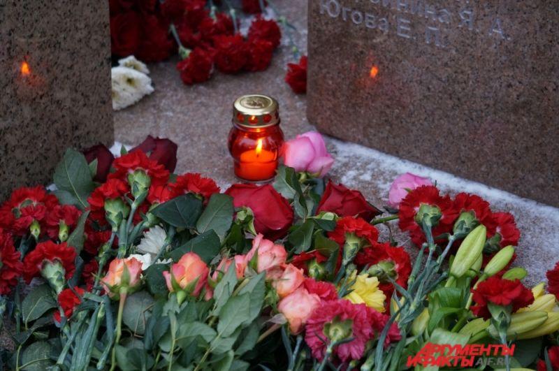 Буквально за полчаса памятник оказался усыпан цветами.