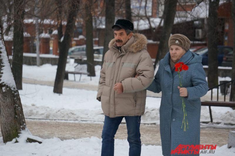 Цветы к памятнику пермяки начали нести с самого утра 5 декабря.