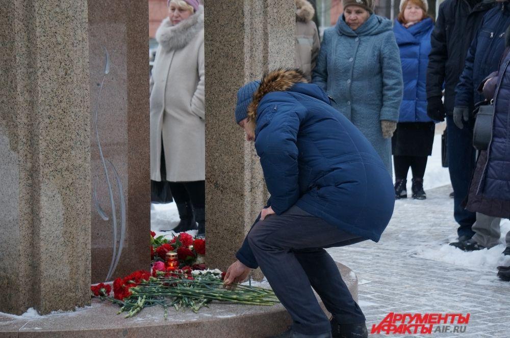 Периодически к мемориалу возлагали цветы.
