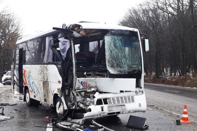 В Каменце-Подольском автобус врезался в машину: пострадали шесть пассажиров