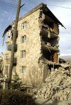 Жилой дом, разрушенный землетрясением.