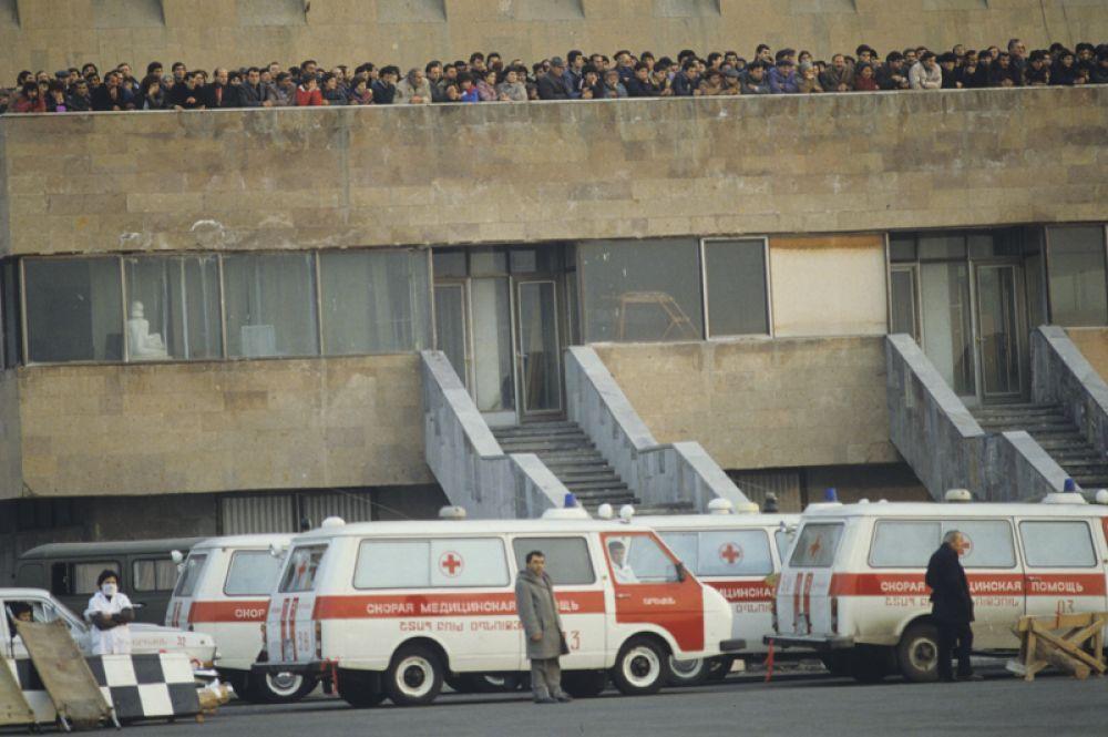Машины скорой медицинской помощи в Ереванском аэропорту «Звартноц» готовятся принять пострадавших в результате землетрясения.