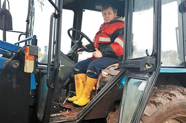 Фермер Павел Марфин научился управлять трактором, принимать роды у свиноматок и стоять за прилавком своего магазина.