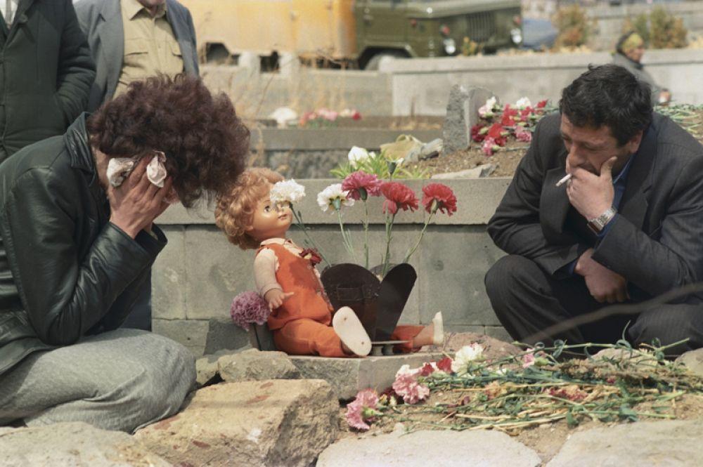 На могиле жертвы землетрясения в Спитаке.