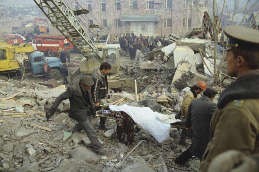 Работа спасателей после землетрясения.