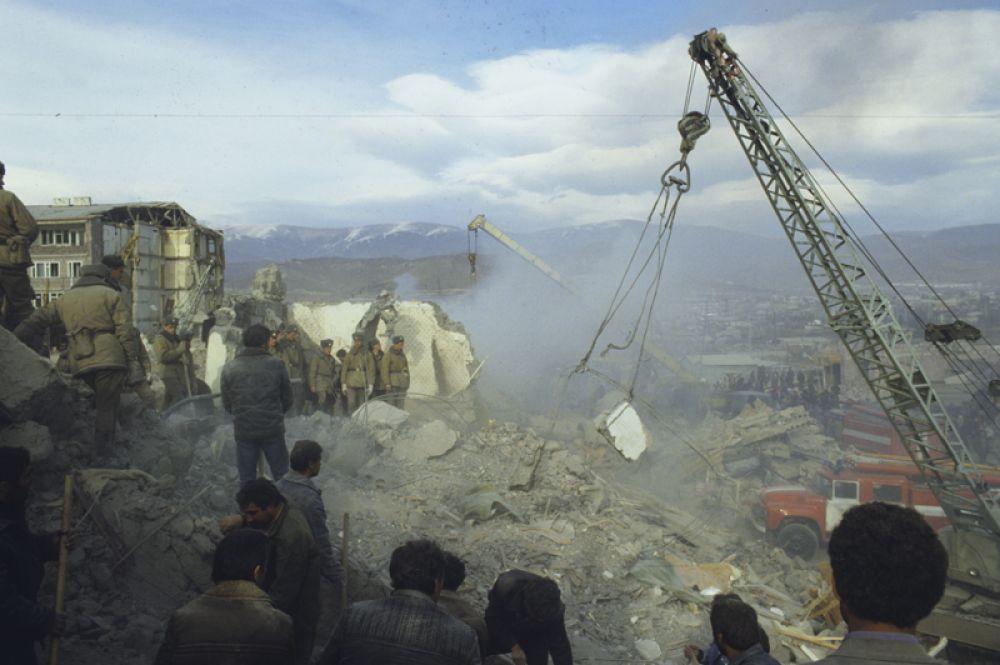 В эпицентре землетрясения интенсивность подземных толчков достигла 9-10 баллов по 12-балльной шкале.
