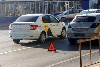 На улице Садовой автомобиль «Яндекс.Такси» столкнулся с грузовиком