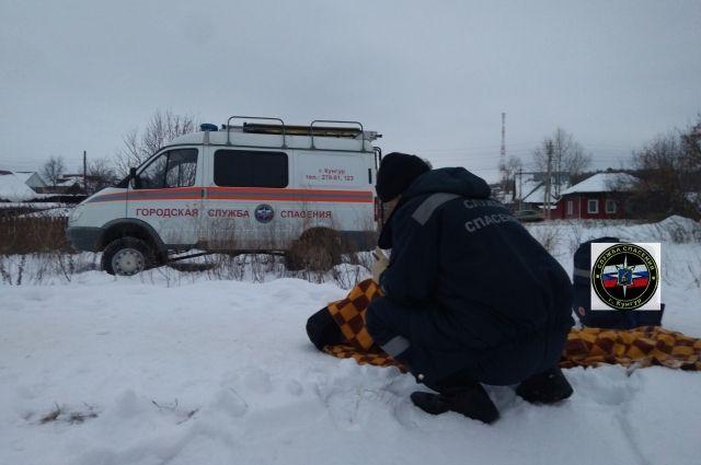 Спасатели оказали мужчине первую медицинскую помощь.