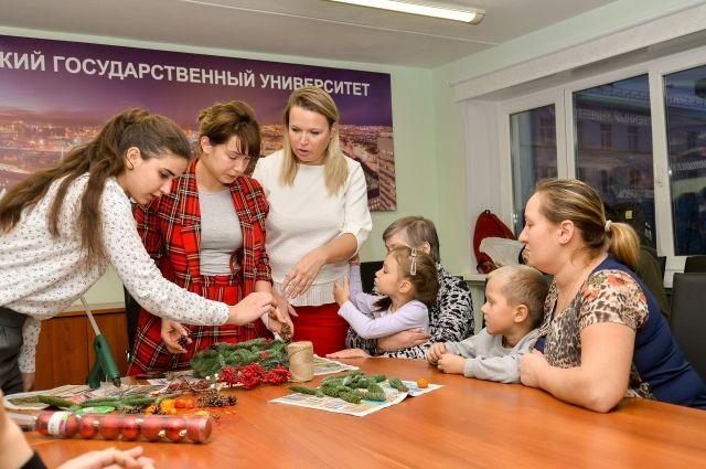Флорист Алина Масленникова, работы который представлены в музеях города, показала, как собрать рождественский венок на праздничный стол.