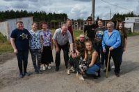 Молодые волонтёры вместе с «серебряными» выгуливали собак из приюта «Ковчег».