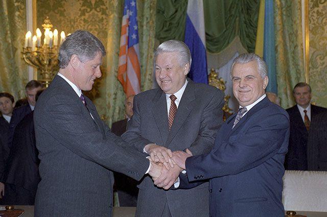Билл Клинтон, Борис Ельцин и Леонид Кравчук после церемонии подписания Договора о выводе ядерного оружия с украинской территории.