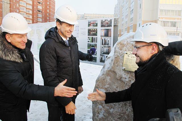 В микрорайоне Клестовка заложили памятный камень в честь начала строительства жилых домов.
