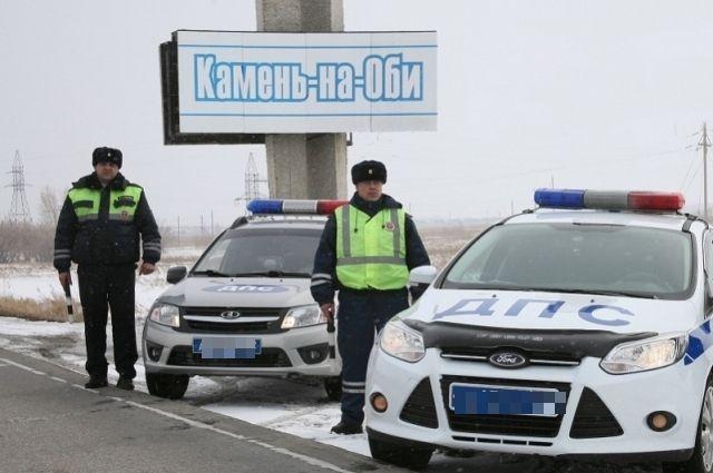 Сотрудники ДПС, оказавшие помощь водителю