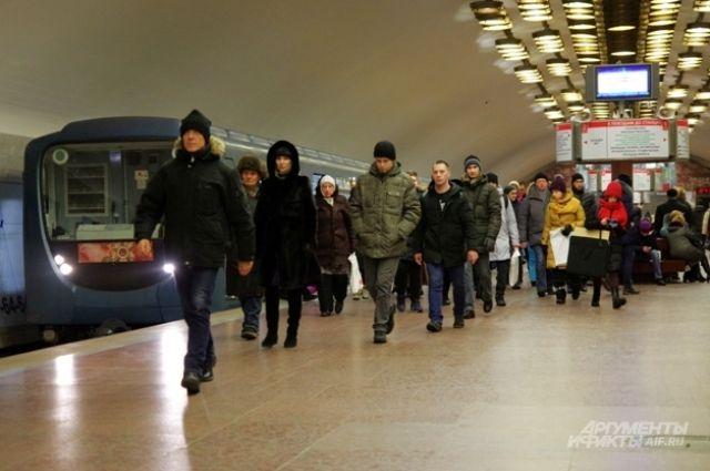В новосибирском метро рассказали, почему не пускали людей через турникет