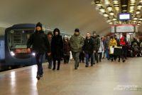 Пассажиров не пускали через турникеты в метро.