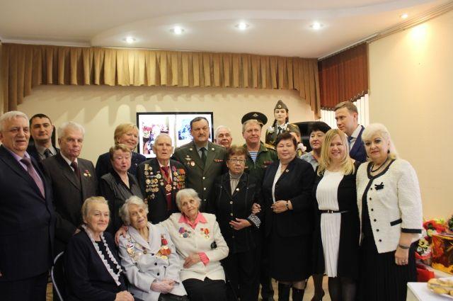 Анна Тарасова (вторая слева в первом ряду) главным в жизни считает общение и дружбу.