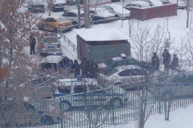 В Москве старшеклассник угрожает убить себя ножом и не пускает ни психологов, ни родителей