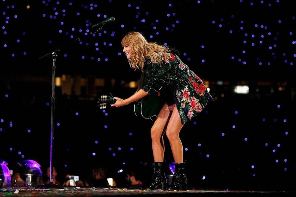 Певица Тейлор Свифт заработала 80 млн долларов в 2018 году. Ее новый альбом Reputation разошелся тиражом 2 миллиона копий в первую неделю после выпуска.