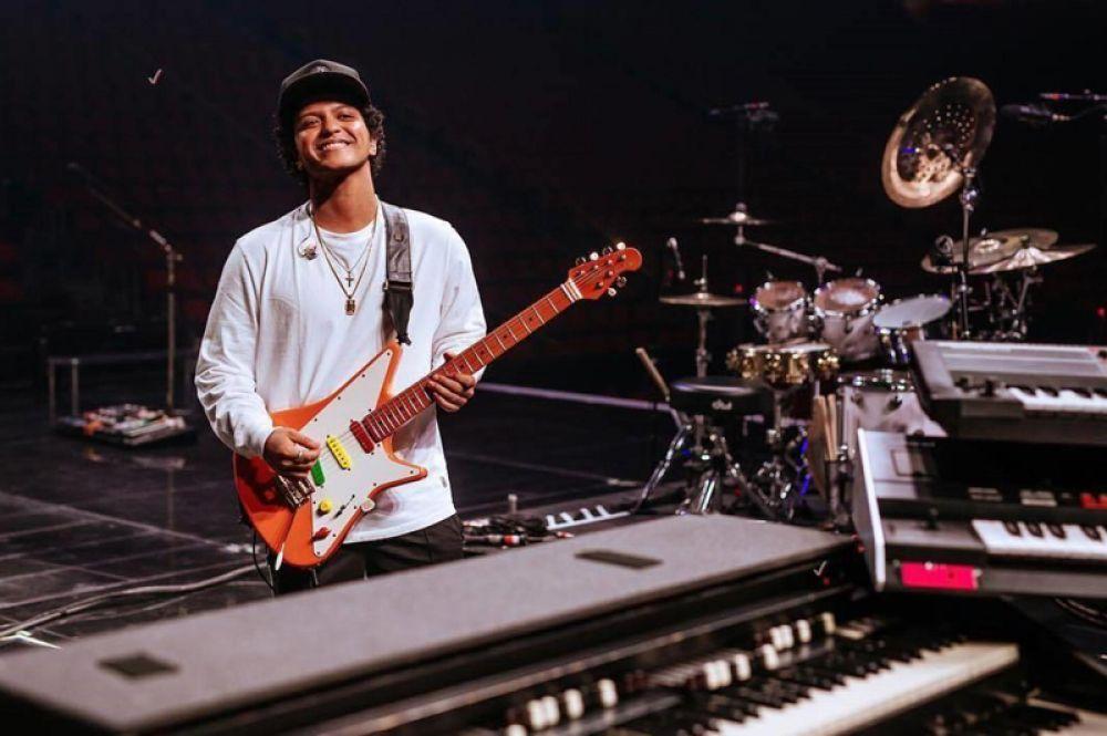 Бруно Марс, получивший в этом году шесть премий Grammy, заработал 100 млн долларов.