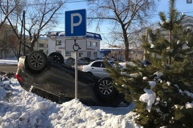 В Оренбурге иномарка перевернулась на крышу, уходя от столкновения