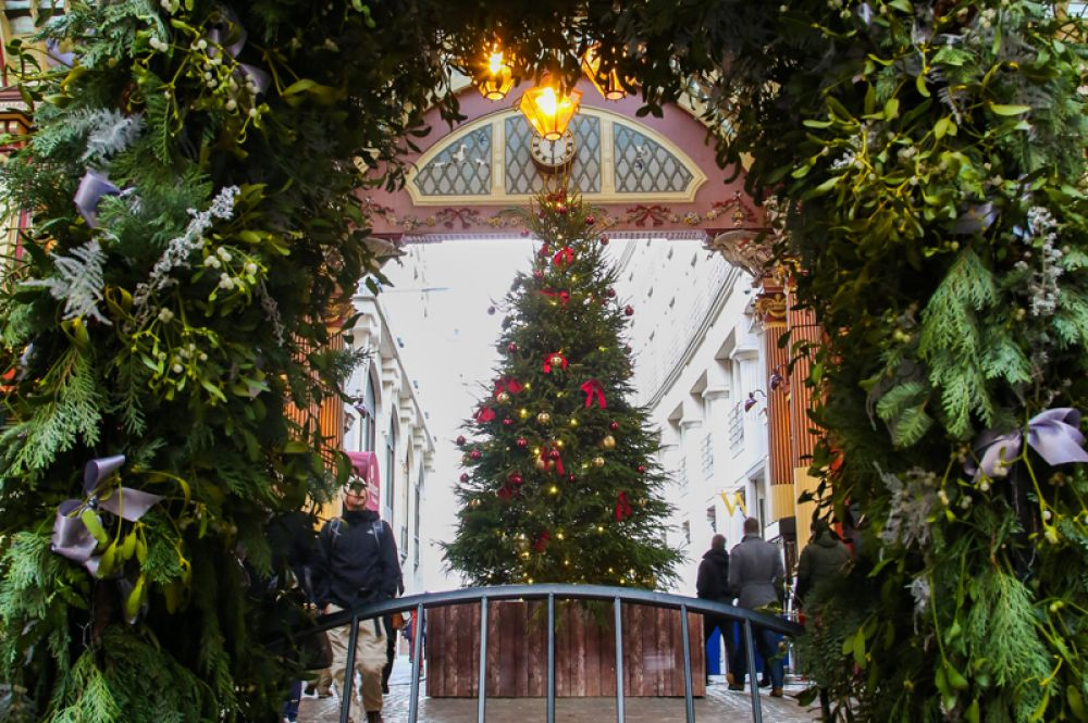 Рождественская елка и украшения на одном из старейших рынков Лондона Лиденхолл-маркет.