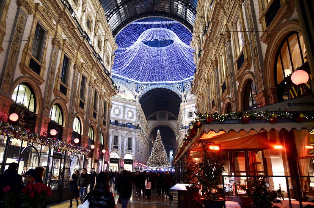 Праздничное украшение улиц в Милане, Италия.
