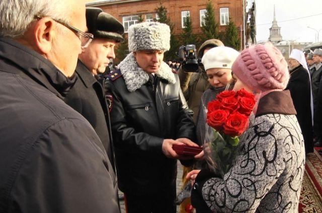 Родственникам погибшего Дениса Сумина вручили орден Мужества.