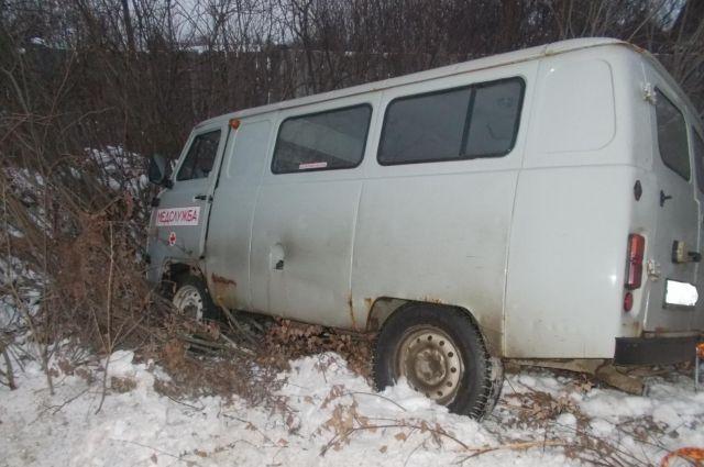 В результате дорожной аварии пешеход и водитель «скорой» получили травмы.