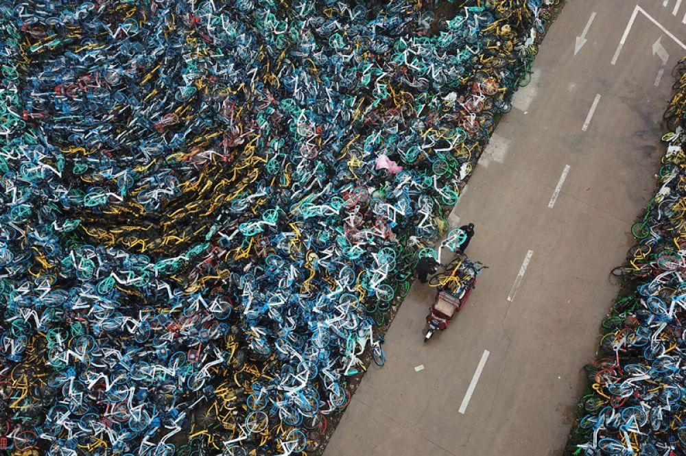 Свалка велосипедов, принадлежащих сервисам аренды и оштрафованных за неправильную парковку, в Хэфэй, Китай.
