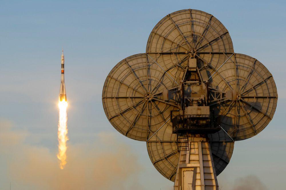 Вылет космического корабля «Союз МС-11» с экипажем на Международную космическую станцию с пусковой площадки космодрома Байконур, Казахстан.
