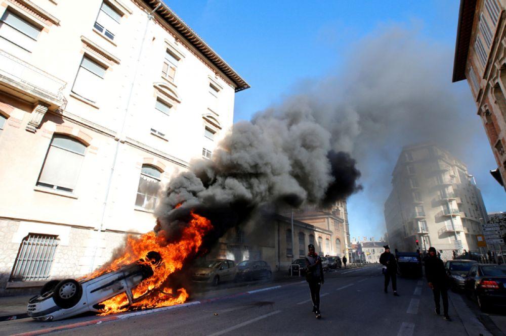 Горящая машина на улице Марселя во время демонстрации против реформ правительства Эммануэля Макрона, Франция.