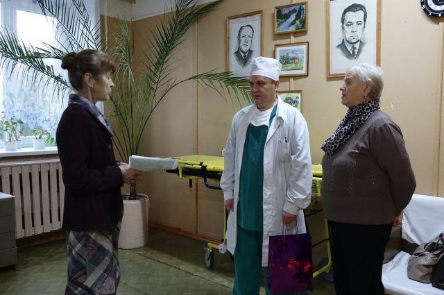 Галина Бурдуева (слева) вручает необходимые медицинские инструменты хирургу.