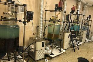 В лаборатории по изготовлению наркотика обнаружили специальное химическое оборудование и установленную систему вентиляции помещений.