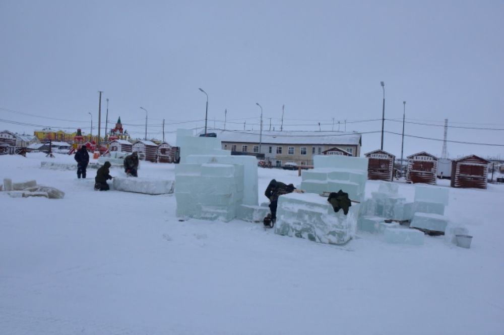 Темой ледового городка в Тазовском стали хрюшки.