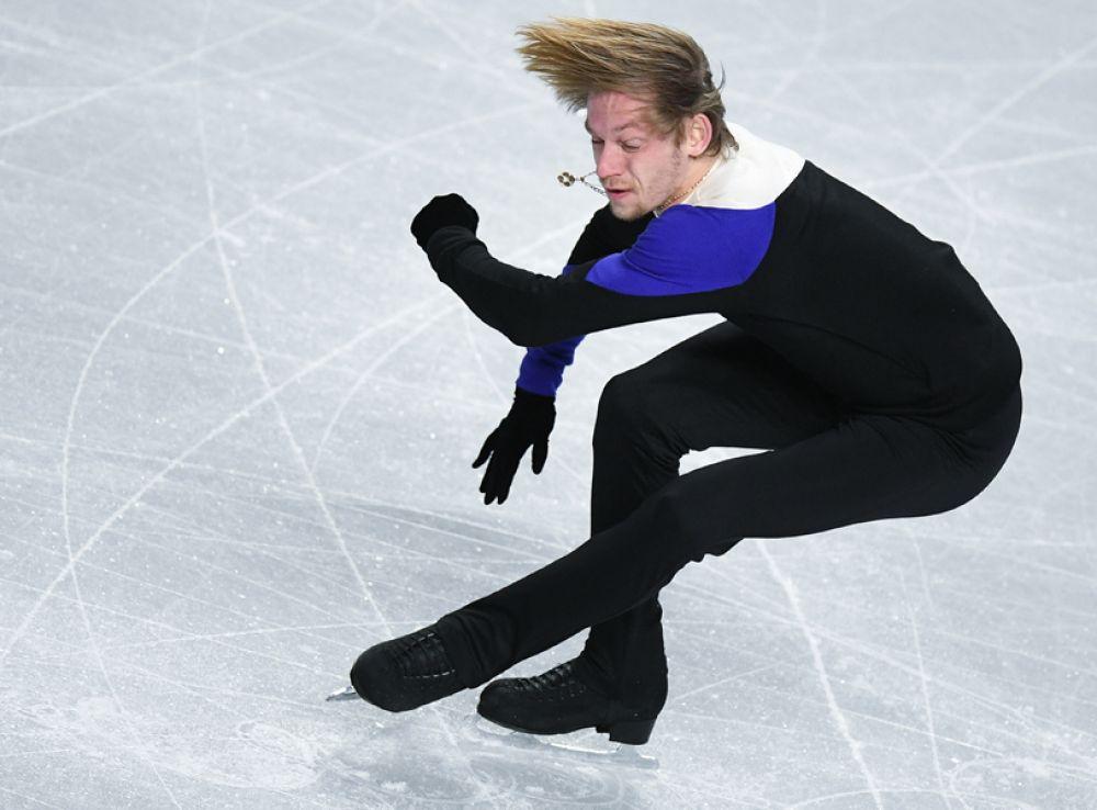 Сергей Воронов (Россия) выступает в короткой программе мужского одиночного катания в финале Гран-при по фигурному катанию в Ванкувере.